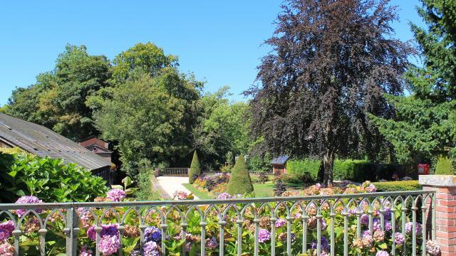 Jardin Des Fontaines (kiosque Au Fond)